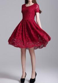 Mini-robe dentelle bordeaux ajourée plissée ronde-cou élégante
