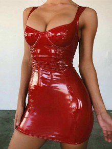 Mini robe brillant vinyl cuir bretelle moulante mode club rouge